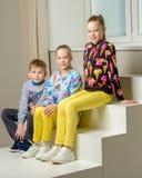Gruppo di bambini che posano nello studio Fotografia Stock