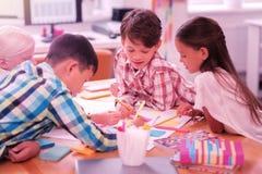 Gruppo di bambini che riuniscono nell'aula fotografia stock libera da diritti
