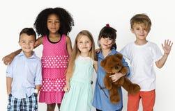 Gruppo di bambini che sorridono insieme amici Immagini Stock