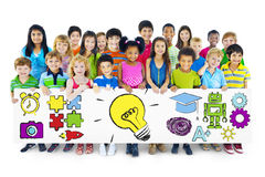 Gruppo di bambini che tengono il tabellone per le affissioni di concetto di istruzione Immagini Stock