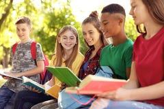 Gruppo di bambini con i libri all'aperto Immagine Stock Libera da Diritti