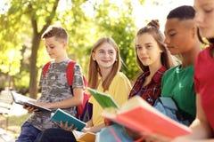 Gruppo di bambini con i libri all'aperto Fotografia Stock