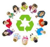 Gruppo di bambini con il riciclaggio dei simboli Immagine Stock