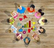 Gruppo di bambini con il simbolo della scuola Fotografia Stock