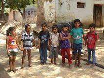 Gruppo di bambini del villaggio in un umore gioioso Fotografia Stock