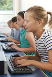 Gruppo di bambini della scuola elementare nella classe del computer Fotografie Stock