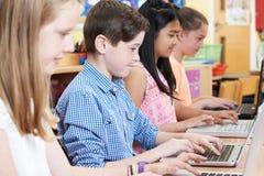 Gruppo di bambini della scuola elementare nella classe del computer Fotografia Stock Libera da Diritti