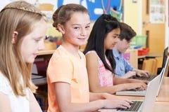 Gruppo di bambini della scuola elementare nella classe del computer Fotografie Stock Libere da Diritti