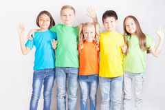 Gruppo di bambini divertenti multirazziali Immagini Stock