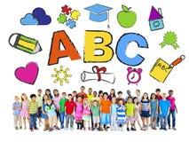 Gruppo di bambini e di concetto di istruzione Immagini Stock