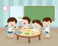 Gruppo di bambini e di istitutore con le compresse in un'aula Fotografia Stock