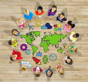 Gruppo di bambini e di mappa di mondo Fotografia Stock