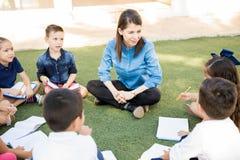 Gruppo di bambini in età prescolare che godono della classe all'aperto immagine stock libera da diritti