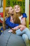 Gruppo di bambini felici che giocano nella stanza di bambini Fotografia Stock