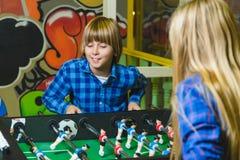 Gruppo di bambini felici che giocano nella stanza di bambini Immagini Stock Libere da Diritti