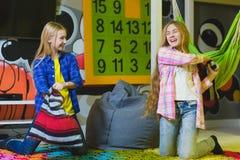Gruppo di bambini felici che giocano nella stanza di bambini Fotografia Stock Libera da Diritti