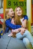 Gruppo di bambini felici che giocano nella stanza di bambini Immagini Stock