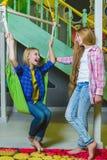 Gruppo di bambini felici che giocano nella stanza di bambini Immagine Stock Libera da Diritti
