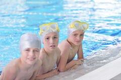 Gruppo di bambini felici dei bambini alla piscina Fotografie Stock