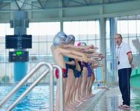 Gruppo di bambini felici dei bambini alla piscina Fotografia Stock Libera da Diritti