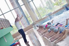 Gruppo di bambini felici dei bambini alla piscina Immagine Stock Libera da Diritti