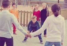 Gruppo di bambini felici felici che giocano girovago rosso Fotografie Stock Libere da Diritti