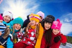 Gruppo di bambini felici fuori Fotografie Stock