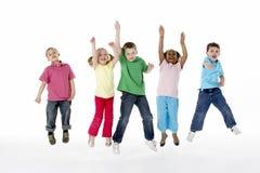 Gruppo di bambini in giovane età in studio Fotografia Stock
