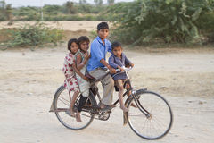 Gruppo di bambini indiani alla bicicletta Fotografie Stock