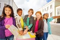 Gruppo di bambini internazionali che stanno con i bagagli Immagini Stock Libere da Diritti
