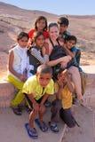 Gruppo di bambini locali che giocano vicino al serbatoio di acqua, villag di Khichan Fotografia Stock