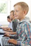 Gruppo di bambini maschii della scuola elementare nella classe del computer Fotografia Stock Libera da Diritti
