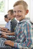 Gruppo di bambini maschii della scuola elementare nella classe del computer Immagini Stock
