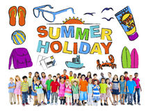 Gruppo di bambini multietnici con il concetto di vacanza estiva Immagini Stock