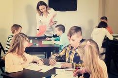 Gruppo di bambini nel disegno elementare di età all'aula Fotografia Stock Libera da Diritti