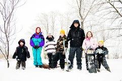 Gruppo di bambini nella neve con le slitte immagini stock libere da diritti