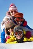 Gruppo di bambini sulla festa del pattino in montagne Fotografia Stock Libera da Diritti