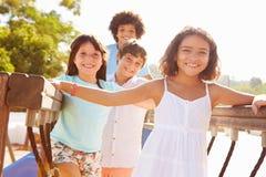 Gruppo di bambini sulla struttura di scalata del campo da giuoco Immagini Stock Libere da Diritti