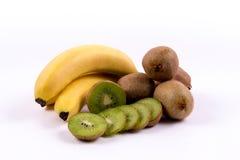 Gruppo di banane e di kiwi su un fondo bianco Immagini Stock
