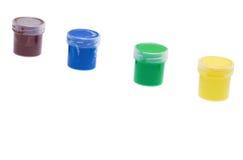 Gruppo di barattoli di plastica con pittura isolata su bianco Immagine Stock