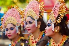 Gruppo di bei ballerini delle donne di balinese in costumi tradizionali Fotografia Stock