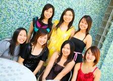 Gruppo di bella ragazza asiatica che si leva in piedi esterna Fotografie Stock Libere da Diritti