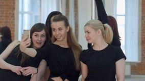 Gruppo di belle giovani donne che prendono un selfie durante una pausa su una classe di forma fisica del palo Immagine Stock Libera da Diritti
