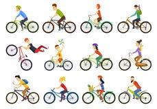 Gruppo di bici di guida della gente minuscola sulla città Tipi della bici ed insieme di riciclaggio del segno Uomo, donna, bambin royalty illustrazione gratis