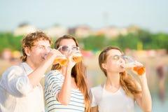 Gruppo di birra bevente felice dei giovani sul Fotografie Stock Libere da Diritti