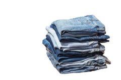 Gruppo di blue jeans differenti su fondo bianco Immagine Stock