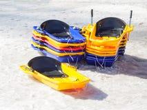 Gruppo di bob variopinto del giocattolo impilato nella neve Immagini Stock