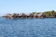 Gruppo di bungalow sopra la laguna immagine stock