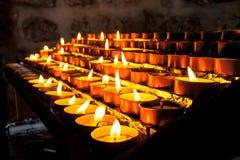 Gruppo di candela votiva in una fila Fotografie Stock