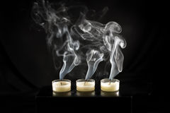 Gruppo di candele e di fumo della candela Fotografie Stock Libere da Diritti